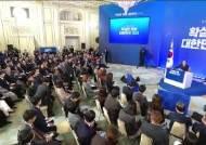 """윤석열엔 """"檢개혁 기여하라"""" 조국엔 """"마음의 빚""""···文의 두 시선"""