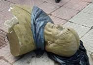 [서소문사진관] 망치질 받고 땅바닥에 떨어진 모랄레스 흉상, 볼리비아 전 대통령 흔적 지우기