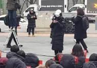 """시위 나선 엑스원(X1) 팬들 """"CJ ENM, 새 그룹 결성 보장하라"""""""
