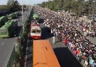 수십만 인도 노동자들, 코로나19로 뉴델리 탈출…아수라장으로 변한 버스정류장