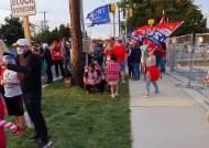 """""""바이든-20 대신 코로나-19 택하겠다""""…트럼프 입원 병원 지키는 지지자들"""