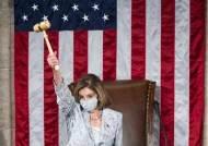 '내가 미의회의 토르다' 펠로시, 4번째 하원의장 선출뒤 의사봉 번쩍