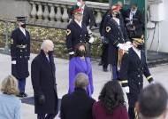 백악관 입성 앞둔 바이든 대통령, 국립묘지 방문해 헌화