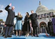 """질 바이든, 재클린처럼 푸른 코트에 긴 장갑 패션…샌더스, 등산복에 털장갑 """"우린 추위가 뭔지 안다"""""""