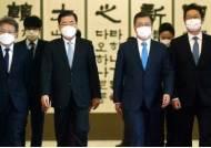 文, 논란 빚은 황희 장관에 '역경 굴하지 않는 힘' 의미 꽃다발