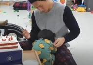 """""""억세게 운좋은 아이""""…딸기먹다 파래진 입술, 옆엔 소방관 아빠[영상]"""