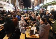 """""""영국 코로나 집단면역 도달"""", 야외 식당 영업재개로 활기 넘쳐"""