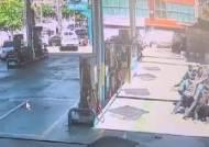 대낮 주유소 덮친 카니발…40대 여성 바퀴 낀채 5m 끌려가