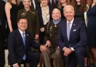 바이든, 중공군 맞선 한국전 영웅에 명예훈장…문대통령 참석