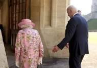 39년만의 재회…고개 안숙인 바이든, 부축 사양한 英여왕
