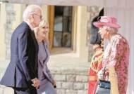"""감히 여왕 앞에서 선글라스? """"바이든 무례"""" 영국이 뿔났다"""