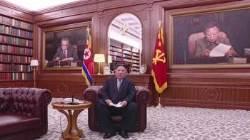 김 위원장, 양복차림으로 소파에 앉아서…형식도 파격