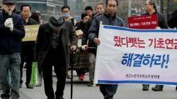 """""""줬다 뺏는 기초연금 해결하라""""…손수레 끌고 항의 시위"""