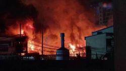 """군포 페인트공장 불, 3시간 만에 진화…""""인명피해 없어"""""""