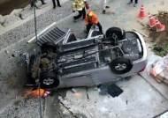 난간 뚫고 다리 아래로 떨어진 택시…시민들이 나섰다
