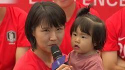 14개월 아이 안고…월드컵 나서는 최초의 '엄마 선수'