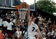 길거리 농구광의 덩크슛 쇼에…NBA 선수들도 화들짝