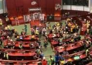 홍콩 주권 반환 22년…시위대, 사상초유 입법회 점거도