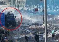 돌연 홍콩 거리 청소 나선 중국 '특수부대'…개입 신호?