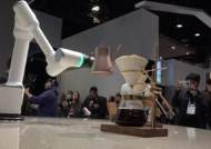 로봇 가전시대…진화한 TV, 테두리 없애고 천장서 내려와