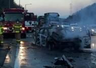 고속도로 휴게소 입구서 승용차 추돌…운전자 다쳐