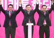 """미래통합당 대표에 황교안…민주당 """"돌고 돌아 새누리당"""""""