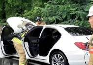 부산 오륜터널 인근서 벤츠 승용차 화재…엔진 과열 추정