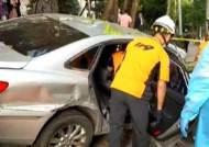 승용차가 중앙선 넘어 인도 돌진…1명 사망·3명 부상