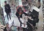 """물건 훔치다 붙잡힌 여성…""""왜 신고하냐"""" 보복 폭행"""