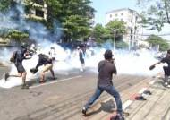 """미얀마 시위 계속…""""군부 총격은 살인"""" 미·유럽 추가 경고"""