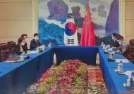 """한·중 외교장관 """"한반도 비핵화 협력…시진핑 조기 방한"""""""