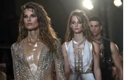 2017 런던 패션쇼, 파격 드레스 [로이터=뉴스1]