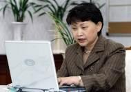 [사진] 인터넷 토론중인 지은희 여성부장관
