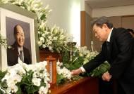 [사진] 故정세영 명예회장 빈소 헌화하는 이건희 회장
