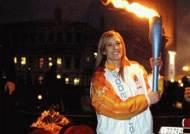 '겨울올림픽 성화 습격사건' 반세계화운동 시위대에 봉송 중 뺏겼다 되찾아