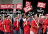 할리우드 작가들 '파업 피켓'