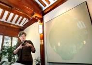 서울 '하비브 하우스'에 달항아리 걸리다