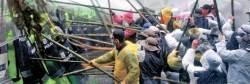 허가지역 벗어난 시위대, 경찰이 막자 죽창 휘둘러