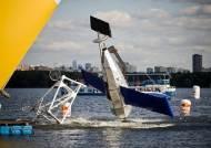 강물에 풍덩…배꼽잡는 자작 비행기 경연대회