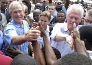 아이티서 만난 부시·클린턴 난민촌 돌며 재건 지원 약속