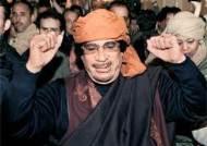 주먹 불끈 쥔 카다피 … 외신기자 호텔 깜짝 방문