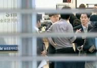돈 찾으러 나온 고객들은 차분 … 예금 유치 나선 은행들은 흥분