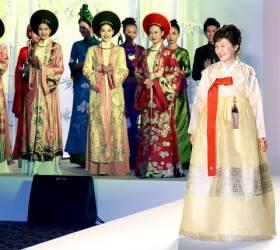 [사진] <!HS>박근혜<!HE> 대통령 베트남 방문 중 <!HS>패션<!HE>쇼 참석