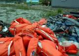 [사진] 갯벌에 쌓여 있는 침몰 여객선 세월호 유류품