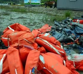 [사진] 갯벌에 쌓여 있는 <!HS>침몰<!HE> <!HS>여객선<!HE> 세월호 유류품