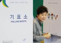 [사진] <!HS>6<!HE>·<!HS>4<!HE><!HS>지방선거<!HE>, 박 대통령도 투표