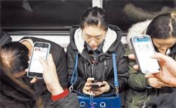 [작은 외침 LOUD] 시민 목건강 지켜주는 지하철 속 '위를 보세요' 스티커