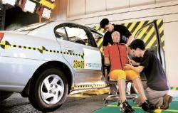 """""""교통사고 사망자 절반 줄이자"""" … 자동차 안전기술 내비게이터"""