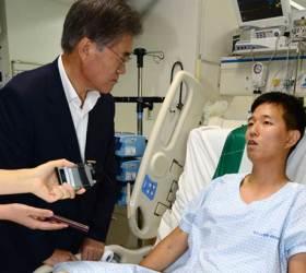 북한의 <!HS>목함지뢰<!HE> 폭발로 부상당한 장병 위문한 문재인 새정치민주연합 대표