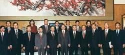 """""""고목봉춘, 시장경제 하자는 뜻이군요"""" JP의 매화 그림 해석에 장쩌민 놀랐다 … JP """"유묵은 철리, 묘하지만 강한 힘 이순신·고균·대원군 글이 날 단련시켜"""""""